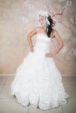 Zarte Braut in einem eleganten weißen Kleid Stockfotografie