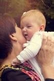 Zarte Großmutter mit Baby Lizenzfreie Stockfotos