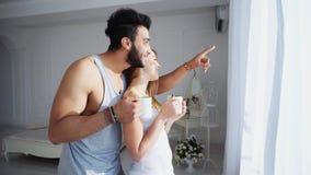 Zarte gute Morgenmenschen, die in hellem Schlafzimmer-Ne sich lieben lizenzfreie stockfotos