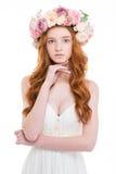 Zarte hübsche Frau im Hochzeitskleid und im Kranz von Rosen Lizenzfreie Stockfotografie