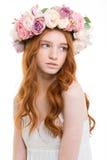 Zarte romantische junge Frau im schönen Kranz von Rosen Stockbilder