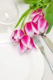 Zarte rosafarbene Tulpen zieren eine Tabelleneinstellung Lizenzfreie Stockfotografie