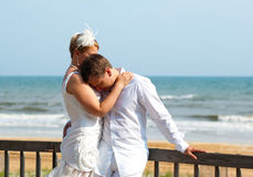 Zarte Umarmung der glücklichen Paare Lizenzfreies Stockfoto