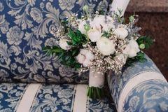Zarter Hochzeitsblumenstrauß von Rosen, von Butterblume, von Lavendel und von Baumwolle, Nahaufnahme Lizenzfreies Stockbild