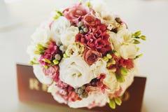 Zarter Hochzeitsblumenstrauß von weißen Rosen und von rosa Ranunculus Stockfotos