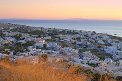 Zarter rosa Sonnenaufgang an Kamari-Dorf, Santorini Lizenzfreies Stockfoto