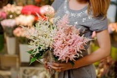Zarter rosa und weißer Blumenstrauß von schönen Blumen Lizenzfreies Stockfoto