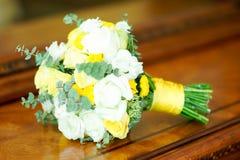 Zarter schöner Brautblumenstrauß der Braut liegt auf dem Tisch stockfoto