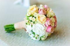 Zarter schöner Brautblumenstrauß der Braut liegt auf dem Tisch stockbilder