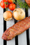 Zartes Apple rauchte Schweinelende mit Zwiebeln und Tomaten Geräucherte Schweinefilets stockbild