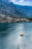 Zartes Boot in Kotor stockfoto