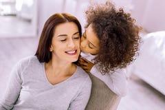 Zartes junges weibliches haltenes Lächeln auf ihrem Gesicht lizenzfreies stockbild