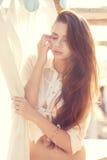 Zartes Portrait des schönen jungen Mädchens lizenzfreies stockbild