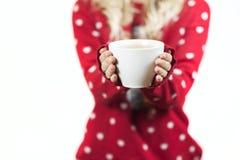Zartes schönes Mädchen, das einen Becher Tee in einer Weihnachtsstrickjacke in ihren Händen hält stockbilder