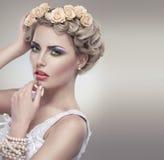 Zartes Schönheitsportrait der Braut mit Rosen winden Stockbild