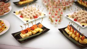 Zartheit, Aperitifs, Nachtische am Bankett Buffet, Catering Restaurant vor Ort stock video