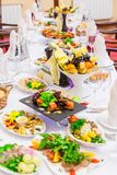 Zartheit, Imbisse und Frucht auf der festlichen Tabelle im Restaurant feier lebesmittelanschaffung Tartlets, Salate und Fruchtkor stockfotografie