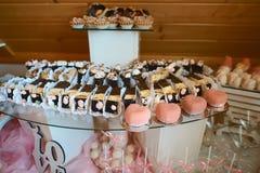 Zartheit und Nachtischkuchen an einem Buffet oder an einem Bankett lebesmittelanschaffung Buffet-Partei-Konzept Authentisches Leb lizenzfreie stockfotos