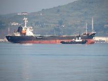 Zarubino Primorsky kray/Ρωσία - 22 Ιουλίου 2018: Γενική πρόσδεση φορτηγών πλοίων και tugboat στο λιμένα στοκ εικόνα