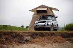 ZARUBINO ROSJA, LIPIEC, - 21, 2015: Samochód z dachu namiotem na morzu Zdjęcia Stock