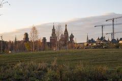 Zaryadye公园在晚上--在红场附近的都市公园位于莫斯科,俄罗斯 免版税库存图片