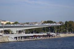Zaryadye公园在莫斯科 人们在桥梁站立并且看  库存图片