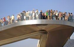 Zaryadye公园在莫斯科 人们在桥梁站立并且看  图库摄影