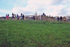 Zaryadye公园在莫斯科 人步行在公园 免版税库存照片