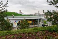 Zaryadye公园在10月的莫斯科在多云天气 库存图片