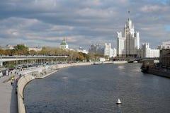 Zaryadye公园建筑学在莫斯科和斯大林帝国样式摩天大楼 库存照片