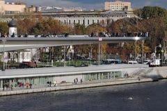 Zaryadye公园建筑学在莫斯科 新的桥梁和老教会 免版税库存图片