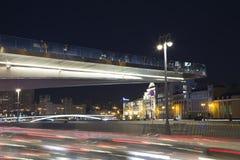 Zaryadye浮桥在莫斯科河的Moskvoretskaya堤防的晚上停放在莫斯科市,俄罗斯 免版税库存图片