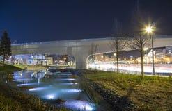 Zaryadye浮桥在莫斯科河的Moskvoretskaya堤防的晚上停放在莫斯科市,俄罗斯 库存图片