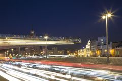 Zaryadye浮桥在莫斯科河的Moskvoretskaya堤防的晚上停放在莫斯科市,俄罗斯 免版税图库摄影