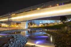 Zaryadye浮桥在莫斯科河的Moskvoretskaya堤防的晚上停放在莫斯科市,俄罗斯 图库摄影