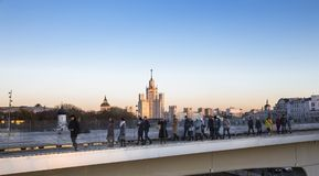 Zaryadye浮桥在莫斯科河的Moskvoretskaya堤防的晚上停放在莫斯科市,俄罗斯 库存照片