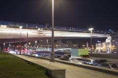 Zaryadye浮桥在莫斯科河的Moskvoretskaya堤防的晚上停放在莫斯科市,俄罗斯 免版税库存照片