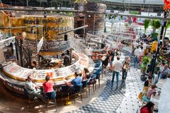 Современный гастрономический центр Zaryadye, люди наслаждается их едой стоковая фотография rf