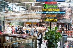 Гастрономические центр и ресторан в Zaryadye, locals и туристах наслаждаются их едой стоковое фото rf