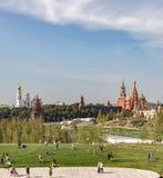 Zaryadyepark Groen gebied Moskou het Kremlin en St Basilicum` s Kathedraal stock afbeelding