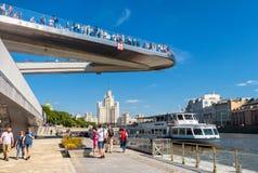 Zaryadyepark met Drijvende brug in Moskou stock afbeelding