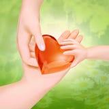 zarygluj składu pojęcia rodziny orzechy Trzy ręki rodzina na formie serce - Zdjęcia Royalty Free