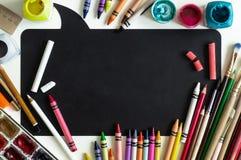 Zarząd szkoły z szkolnymi dostawami na białym tle przygotowywającym dla twój projekta tylna koncepcji do szkoły miejsce tekst obraz royalty free