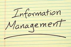 Zarządzanie Informacją Na Żółtym Legalnym ochraniaczu Zdjęcie Stock