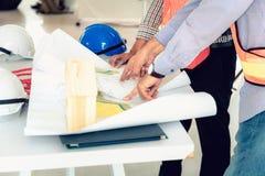 Zarządzanie projektem drużyna inżyniery i architekci dyskutuje a zdjęcia royalty free