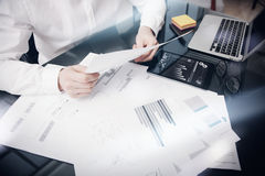 Zarządzanie ryzykiem pracy proces Fotografia handlowiec pracuje Targowego raportu dokumenty Używa urządzenie elektroniczne Grafic Obrazy Royalty Free