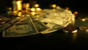 Zarządzanie wydajność Sterty złote moneta dolara notatki na czarnym tle Sukces finansowy biznes, inwestycja zdjęcie wideo