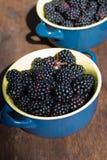Zarzamora salvaje, brillante en la placa azul - fruta sana Imagen de archivo libre de regalías