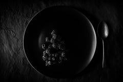 Zarzamoras en la placa negra Fotos de archivo
