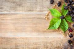 Zarzamoras frescas con las hojas en fondo de madera en estilo rústico imagen de archivo libre de regalías